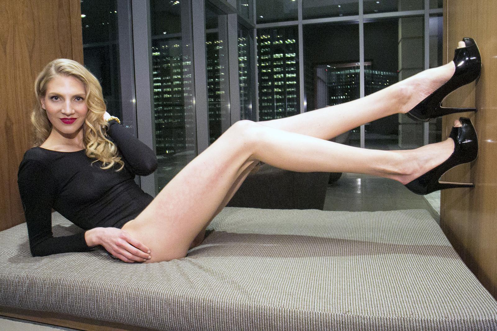 Dark haired girl Kirsten Plant is spreading her slim legs wide open № 1023669 бесплатно