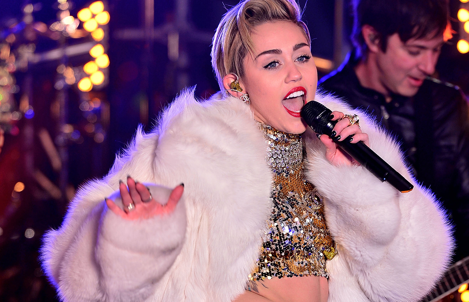 New years eve times square bathroom - Miley Cyrus Performs At Dick Clark S New Year S Rockin Eve With Ryan Seacrest 2014 In Times Square