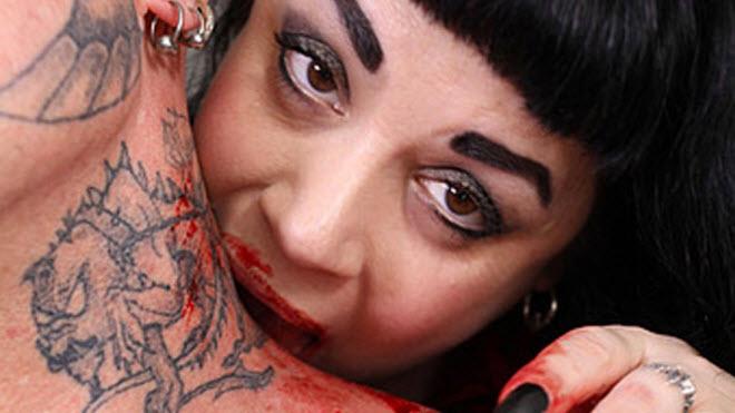 julia-caples-real-life-vampire-drinks-blood-02